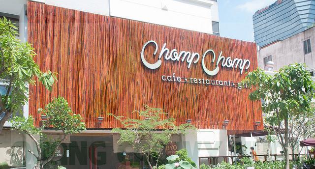 bảng hiệu cà phê nền gỗ