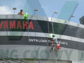 Vệ sinh bảng hiệu yamaha